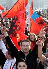 Kosovoalbaner i Schweiz jublade när Kosovo blev fritt från Serbien. Foto: Martial Trezzini/AP/Scanpix