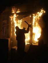 Demonstranter har förstört den amerikanska ambassaden i Belgrad, Serbien. Foto: Marko Drobnjakovic/AP/Scanpix