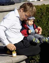 Moderaterna vill att fler pappor är hemma med sina barn. Foto: Hasse Holmberg/Scanpix