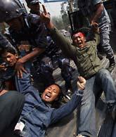 På många ställen i världen vill människor att Tibet ska bli ett fritt land. Här demonstrerar tibetaner som bor i Nepal. Foto: Saurabh Das