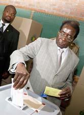 Robert Mugabe röstar i Zimbabwe. Foto: Tsvangirayi Mukwazhi/Scanpix