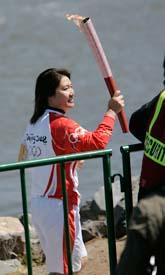 En kinesisk simmare med den olympiska elden i San Francisco i USA. Foto: Paul Sakuma/Scanpix
