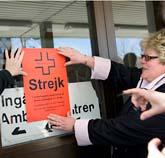 Många sjuksköterskorna har börjat strejka. Men vissa måste jobba. Foto: Björn Larsson Rosvall/Scanpix