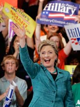 Hillary Clinton jublar efter segern i prov-valet. Foto: Carolyn Kaster/Scanpix