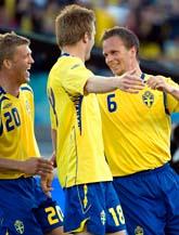 Tobias Linderoth gratuleras av lagkompisarna efter 1-0 målet mot Slovenien. Foto: Björn Larsson Rosvall/Scanpix