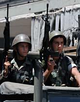 Libanesiska soldater vaktar en gata i Beirut. Foto: Vela Szandelszhy/Scanpix