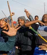 I Johannesburg i Sydafrika har över tjugo människor dött i upploppen de senaste dagarna. Foto: Jerome Delay/Scanpix