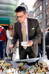 Kristdemokraternas partiledare Göran Hägglund bjuder på tårta för att fira vårdnadsbidraget. Foto: Tobias Lundgren/Scanpix