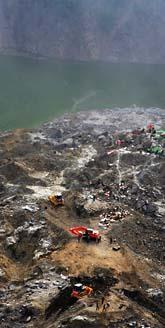 I Kina jobbar militärer med att tömma stora sjöar som bildats efter jordbävningen. Annars finns risk att de svämmar över. Foto:AP Photo/Scanpix