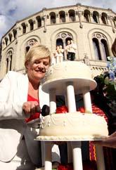 Den norska finansministern Kristin Halvorsen gillar beslutet om samkönade äktenskap. Hon firade genom att äta bröllopstårta utanför stortingets hus i Oslo. Foto: Cornelius Poppe/Scanpix