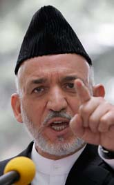 Afhanistans president Hamid Karzai vill jaga bort talibanerna. Foto: Rahamat Gul/AP/Scanpix