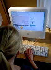 Många barn är oroliga för vad deras föräldrar gör på internet. Foto: Hasse Holmberg/Scanpix