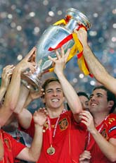 Äntligen! Fernando Torres och hans lagkompisar jublar efter segern i EM. Foto:Bernat Armangue/Scanpix