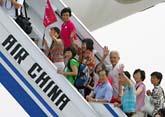 Kinesiska passagerare går på det första flygplanet till Taiwan. Foto: Greg Baker/Scanpix
