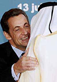 Frankrikes president, som också är ordförande i EU hälsar på andra ledare på mötet om Mellanöstern. Foto: Michel Spingler/Scanpix