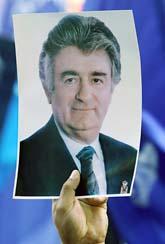 En demonstrant i Belgrad håller upp en bild på Radovan Karadzic. Foto:Srdjan Ilic/Scanpix