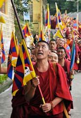 Munkar i Tibet protesterar mot Kinas regering. De vill att Tibet ska vara ett eget land. Protesterna var i Tibet, långt från Peking. Poliserna stoppade dem inte. Foto: Ashwini Bhatia/Scanpix