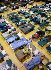 Två miljoner människor i USA har flytt undan ovädret. Många får bo i gymnastiksalar under tiden. Foto: Tanner Spendley/Scanpix