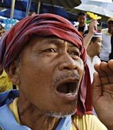 En thailändsk man protesterar mot premiärministern. Foto: Ed Wray/AP Photo.