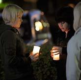 Ungdomar tänder ljus utanför skolan i Kauhajoki. Foto: Fredrik Sandberg/Scanpix.