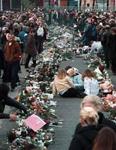Människor sörjer de 63 döda ungdomarna i brandkatastrofen i Göteborg. Foto: Björn Olsson/Scanpix.