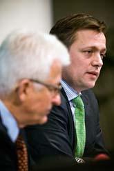 I måndags sade Riksbankscheferna Lars Nyberg och Mattias Persson att de ska hjälpa banken Carnegie. De lånar ut en miljard kronor. Foto: Marc Femenia/Scanpix.
