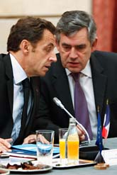 Frankrikes president Nicolas Sarkozy och Storbritanniens ledare Gordon Brown vid mötet. Foto: Charles Platiau/Scanpix
