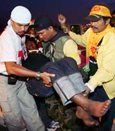 Fyra demonstranter skadades av en bomb på flygplatsen i Bangkok. Foto: Sakchai Lalit/Scanpix.