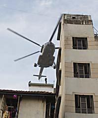 Soldater firar ner sig från en helikopter till det judiska centret i Bombay. Foto: Saurabh Das/Scanpix
