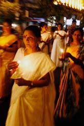 Människor i Bombay har tänt ljus för att hedra alla som dödades av terroristerna. Foto: Saurabh Das/Scanpix