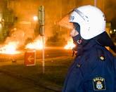 Det började brinna på flera ställen när ungdomar kastade sten och sköt raketer mot polisen. Foto: Stig Åke Jönsson/Scanpix.