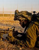 En israelisk soldater på gränsen in till gaza. Foto: Sebastian Scheiner/Scanpix