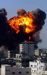 Striderna fortsätter i Gaza. Snart har tusen palestinier dödats. Foto: Scanpix