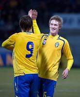 Sverige båda målskyttar. Kim Källström gratulerar Rasmus Elm. Foto: Anders Wiklund/Scanpix