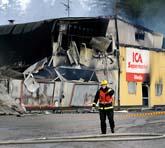 Flera mataffärer brann i Södertälje. Foto: Gunnar Lundmark/Scanpix