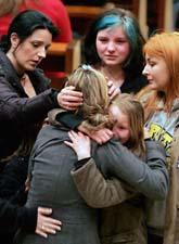 Elever tröstar varandra utanför kyrkan i Winnenden. Foto: Michael Probst/Scanpix
