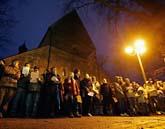 Sörjande människor deltog i en minnesstund på torsdagen. Foto: Jens Meyer/Scanpix.