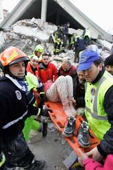 En kvinan räddas ur ett rasat hus i staden Aquila. Foto: Pier Paolo Cito/Scanpix