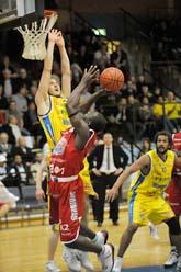 Solnas Juha Sten försöker att stoppa Sundsvalls Olivier Ilunga. Foto: Leif R Jansson