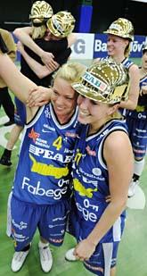 Solnas damer firar SM-guldet i basket. Foto: Markus Dahlberg/Scanpix