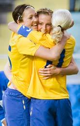 Glada svenskor kramas efter mål mot Brasilien. Foto: Björn Larsson Rosvall/Scanpix