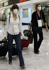 Människor i Mexiko bär ansiktsmasker för att skydda sig mot smitta. Foto: Marco Ugarte/Scanpix