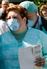 Spåanjorer har smittats av svin-influensan. En sköterska på ett sjukhus i Valencia har skyddskläder när hon ska ta prov på människor som kan vara smittade. Foto: Alberto Saiz/AP/Scanpix