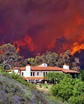 Många stora hus är hotade av branden. Foto: Keith D Cullom