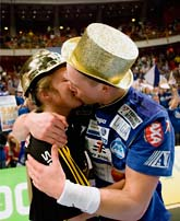 Två svenska mästare firar. Jennny Wikensten från Sävehof och Charlie Sjöstrand i Alingsås. Foto: Sören Andersson/Scanpix