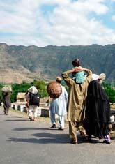 Människor flyr undan kriget i Swat-dalen i Pakistan. Foto:AP/Scanpix