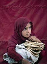 Flickan är en av hundratusentals människor som flytt från Swatdalen i Pakistan. Foto: Emilio Morenatti/AP Photo/Scanpix