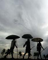 Bybor iutanför staden Bhubaneswar i Idnien söker skydd mot ovädret. Foto: AP/Biswaranjan Rout/Scanpix