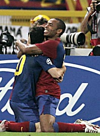 Messi kramas om av lagkompisen Henry. Foto: Gregorio Borgia/Scanpix