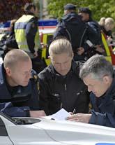 Poliser i Linköping prickar av på kartan var de har letat efter mordvapnet. Foto: Göran Billesson/Scanpix